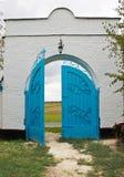 Etwas geöffnetes Tor in einer Wand Stockfoto