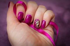 Etwas gewachsene Nägel, bedeckt mit Gellack und verziertem Esprit Lizenzfreie Stockbilder