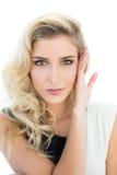 Etwas lächelndes blondes Modell, das Kamera betrachtet Lizenzfreies Stockfoto