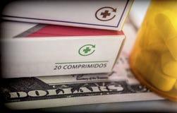 Etwas Medizin nahe bei einem Block von Karten des Dollars, Lizenzfreie Stockbilder