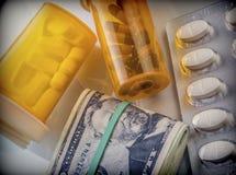 Etwas Medizin nahe bei einem Block von Karten des Dollars, Lizenzfreies Stockfoto