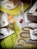 Etwas Medizin zusammen mit einer Karte von 200 Euros Lizenzfreie Stockbilder
