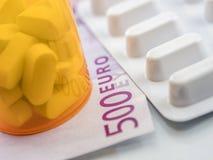 Etwas Medizin zusammen mit einer Karte von 500 Euros, Begriffsbild Lizenzfreies Stockbild