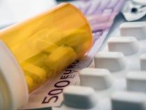 Etwas Medizin zusammen mit einer Karte von 500 Euros, Begriffsbild Stockfotografie