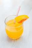 Etwas Orangensaft mit Stroh in Glas zum Frühstück lizenzfreie stockfotografie