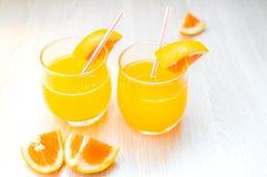 Etwas Orangensaft mit Stroh in Glas zum Frühstück stockfotos