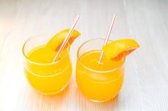 Etwas Orangensaft mit Stroh in Glas zum Frühstück stockbild