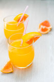 Etwas Orangensaft mit Stroh in Glas zum Frühstück stockfotografie