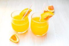 Etwas Orangensaft mit Stroh in Glas zum Frühstück stockfoto