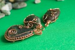 Etwas pendents der Handarbeit von einem Stein und von einem Kupferdraht Stockbild