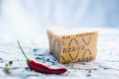Etwas roter Pfeffer und italienischer Käse lizenzfreie stockfotos
