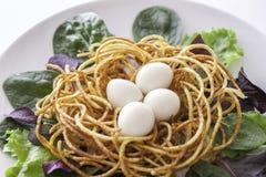 Etyczny weganinu posiłek Uwalnia pasmo przepiórki jajka w spiralized gruli n zdjęcie stock