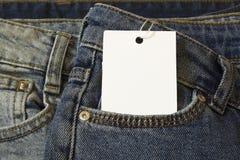 Etykietki metki mockup na niebieskich dżinsach od białej księgi obrazy royalty free