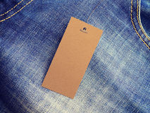 Etykietki metki mockup na niebieskich dżinsach od przetwarzającego papieru Zdjęcie Stock