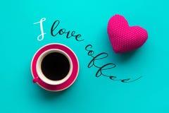 Eu amo conceitos do café com um copo e a forma vermelha do coração no azul fotos de stock royalty free