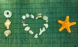 Eu amo a inscrição do shell do mar no fundo de bambu verde Imagem de Stock