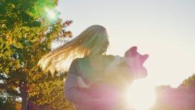 Eu amo meu filhote de cachorro Jovem mulher que joga com seu pastor australiano da raça do cão, voltas a ela vídeo do Lento-movim filme