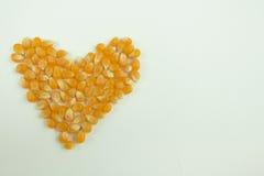 Eu amo núcleos de milho da pipoca na forma do coração com filtro do vintage Foto de Stock