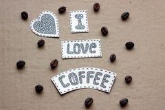 Eu amo a rotulação do café com grões do café em vagabundos de um cartão Fotos de Stock Royalty Free
