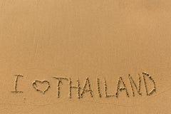 Eu amo Tailândia - escrita manualmente na linha de areia do mar da ressaca Sumário Foto de Stock Royalty Free