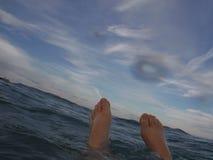 Eu estou o mais feliz ao flutuar no mar Fotos de Stock