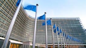 EU-Flaggen der Europäischen Gemeinschaft, die vor dem Berlaymont-Gebäude, Hauptsitze der Europäischen Kommission in Brüssel welle lizenzfreies stockfoto