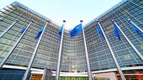 EU-Flaggen der Europäischen Gemeinschaft, die vor dem Berlaymont-Gebäude, Hauptsitze der Europäischen Kommission in Brüssel welle lizenzfreie stockfotografie