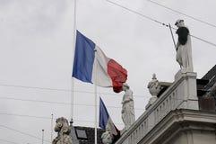 EU_FRENCH-FLAGGE AN FRANZÖSISCHER BOTSCHAFT HALP MAST_AT Lizenzfreies Stockfoto