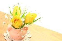 Rosa do amarelo e grama do embaçamento Fotografia de Stock