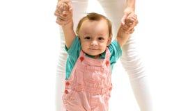 Eu posso andar O beb? pequeno bonito aprende andar Crian?a pequena que anda com ajuda, habilidades de motor A crian?a do rapaz pe imagens de stock royalty free