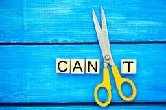 Eu posso motivação do auto - cortando a letra t da palavra escrita eu posso o ` t assim que diz que eu posso, realização do objet fotos de stock