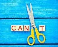 Eu posso motivação do auto - cortando a letra t da palavra escrita eu posso o ` t assim que diz que eu posso, realização do objet imagens de stock