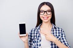 Eu recomendo-o fazer a compra usando o smartphone! Consideravelmente sorrindo Fotos de Stock