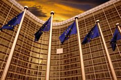 EU sjunker framme av Europeiska kommissionenbyggnad i Bryssel Royaltyfri Foto