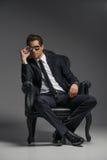 Eu sou um chefe. Homens de negócios novos seguros nos óculos de sol que sentam o Imagem de Stock Royalty Free