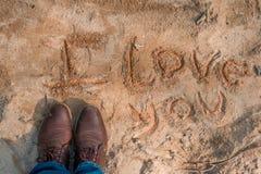Eu te amo escrito na areia foto de stock