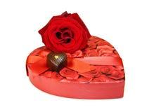 Eu te amo - os chocolates do coração e levantaram-se sobre o branco imagens de stock