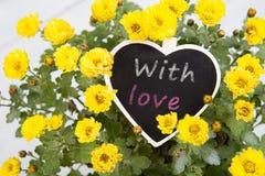 Eu te amo - ramalhete das flores com um cartão da mensagem do coração Fotos de Stock Royalty Free