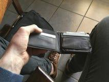 Eu tenho o dinheiro para comprar estas sapatas imagens de stock