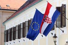 EU- und Kroat-Flaggen zusammen auf Regierungsgebäude Stockbilder