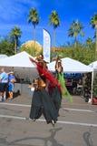 EUA, AZ/Tempe: Anfitriões do festival - caminhantes do pernas de pau no traje do pássaro Imagem de Stock Royalty Free