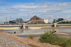 EUA, AZ/Tempe: Salt River com panorama de Tempe Fotos de Stock