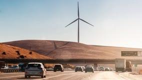 EUA, Califórnia - SEPT 26o, 2016 Turbina eólica com um céu azul sob a autoestrada em EUA Califórnia Imagens de Stock Royalty Free