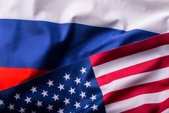 EUA e Rússia Os EUA embandeiram e bandeiras de Rússia fotos de stock royalty free