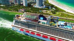 EUA florida Miami Beach JULE, 2017: Navio de cruzeiros que sae do porto de Miami video estoque