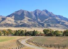 EUA, Montana: Autumn Landscape - vale do paraíso com pico do emigrante Imagem de Stock