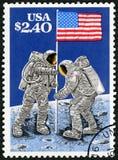 EUA - 1989: mostras que aumentam a bandeira na superfície lunar, o 20 de julho de 1969, aterrissagem de lua, 20o aniversário Fotografia de Stock