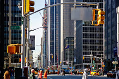 EUA, New York, 30 03 2007: 5a avenida, opinião de perspectiva, passando imagens de stock royalty free
