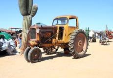 EUA, o Arizona: Trator antigo - Minneapolis 1942 Moline RTU com táxi Imagem de Stock