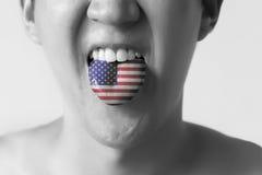 EUA ou bandeira do Estados Unidos pintada na língua de um homem - indicando a língua inglesa e o acento americano que falam, estu Fotografia de Stock Royalty Free